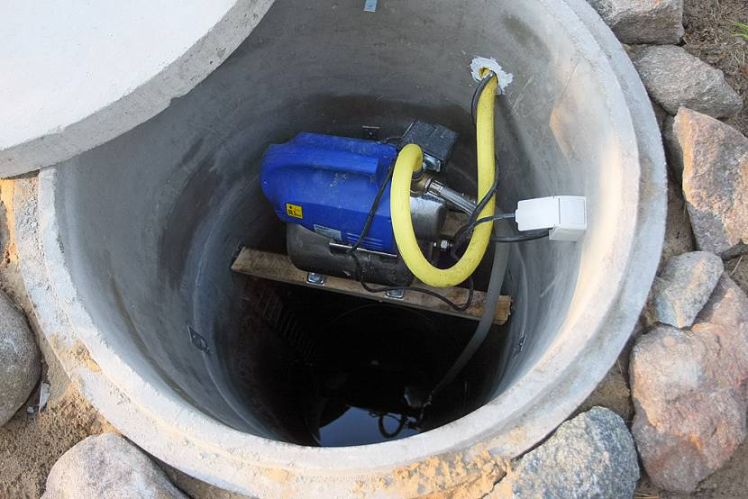 Насос в шахте скважины