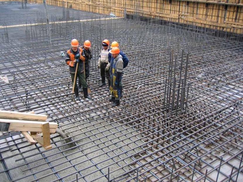 Арматурный каркас заливается бетоном