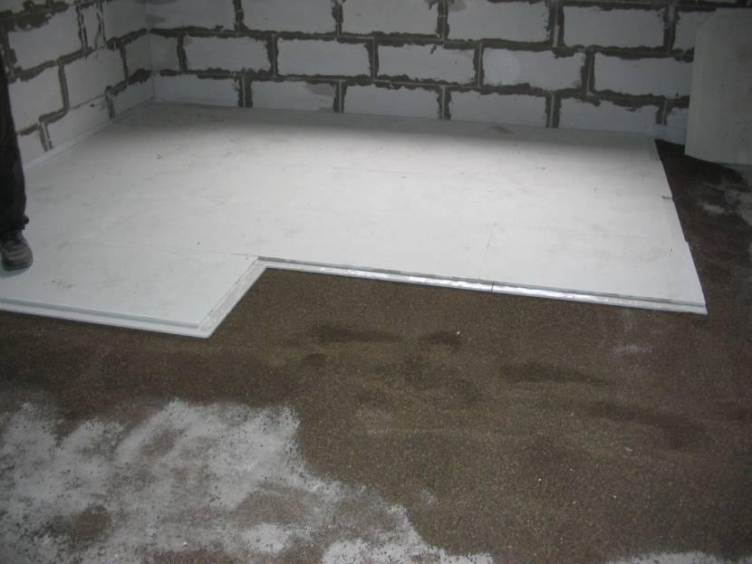 Засыпание сухой стяжкой бетонного основания