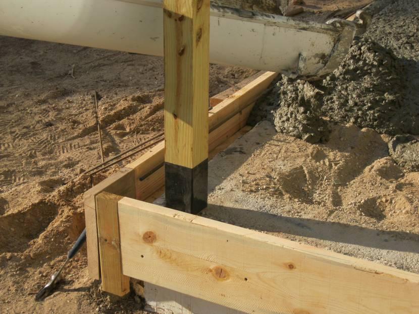 Залитая в бетон стойка каркаса
