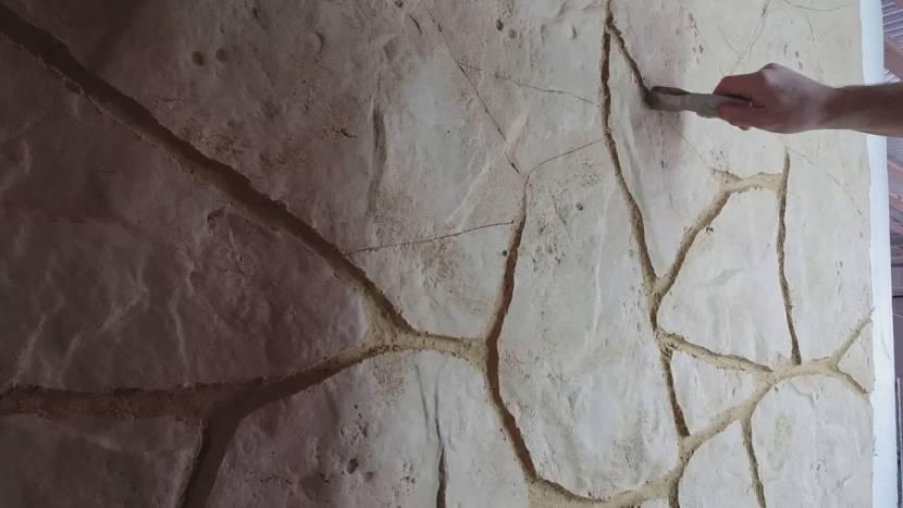 Расчерчивание свежей штукатурки под кирпич или камень