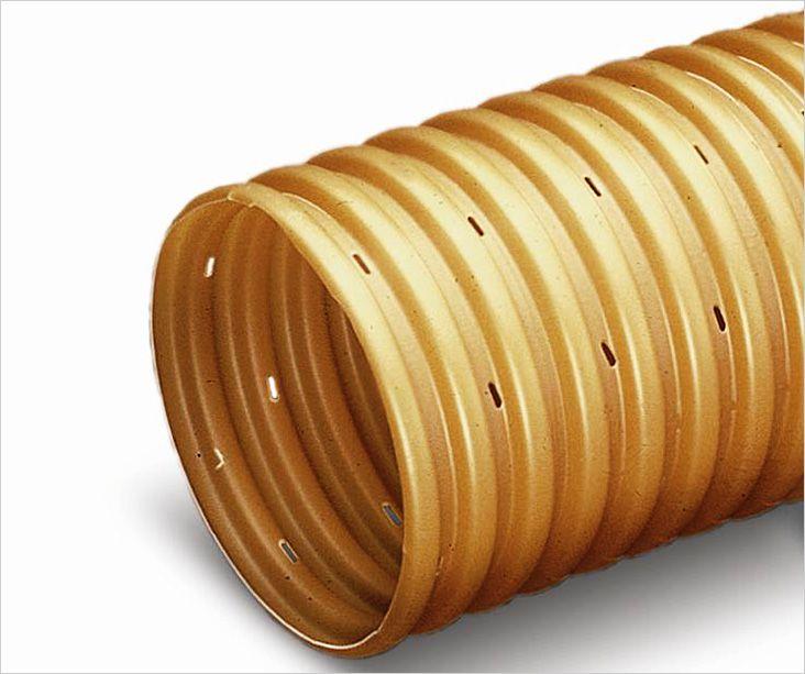 Полимерная дренажная проводка дренажных труб на участкетруба