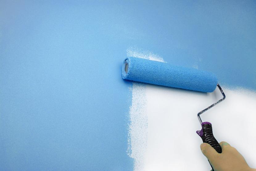 Покраска стены валиком и водоэмульсионной краской