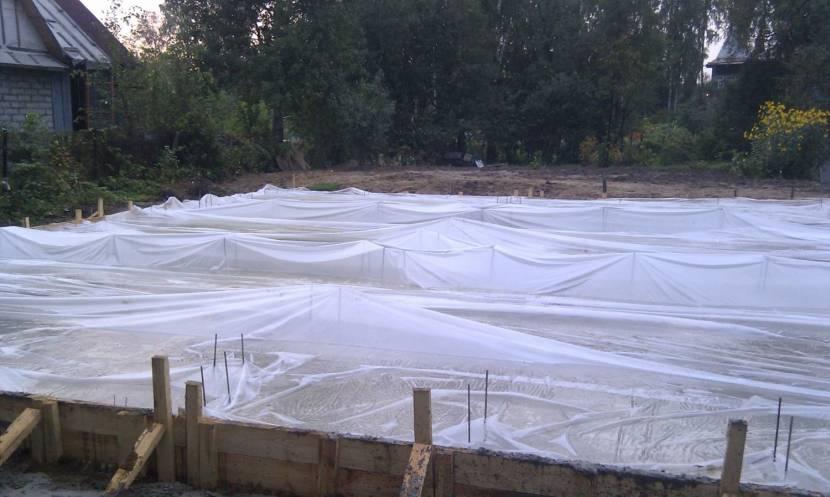 Укрытие бетона плёнкой для создания оптимальной влажности