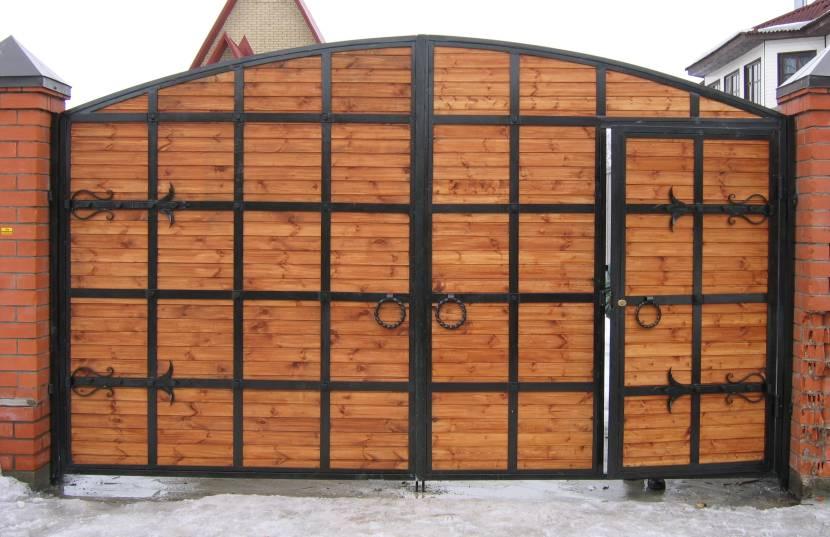 Ворота с металлическим каркасом, деревянным наполнением и встроенной калиткой