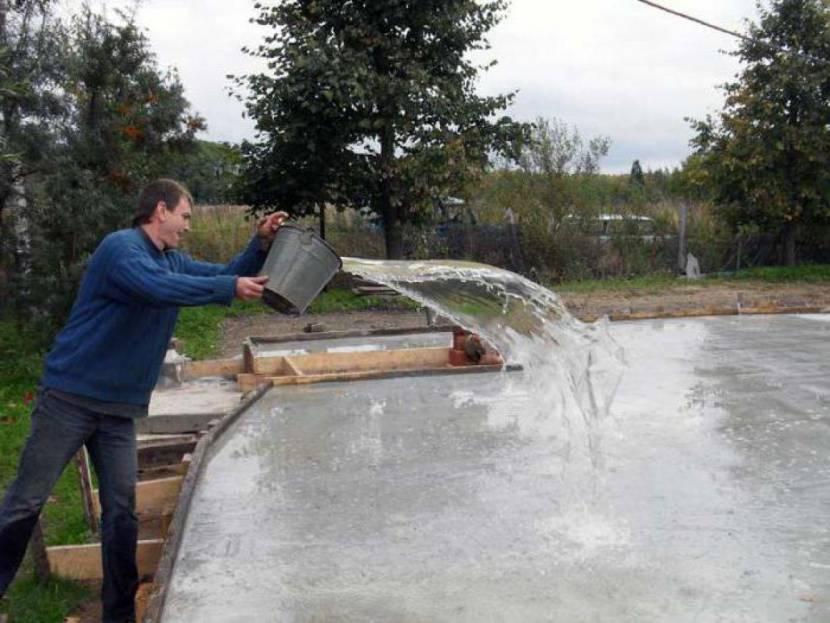 Увлажнение свежезалитого бетона