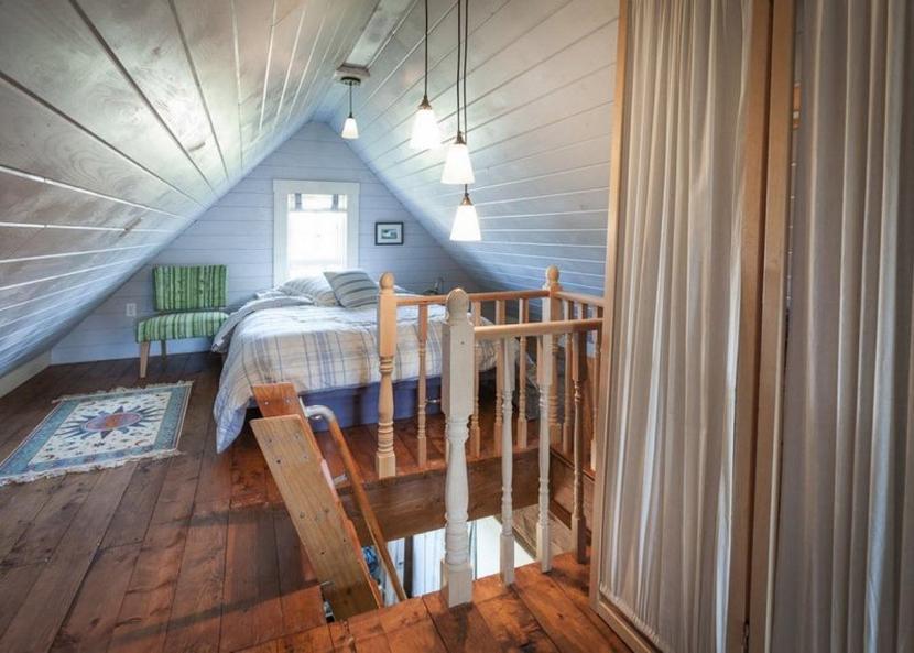 Спальня под крышей дома