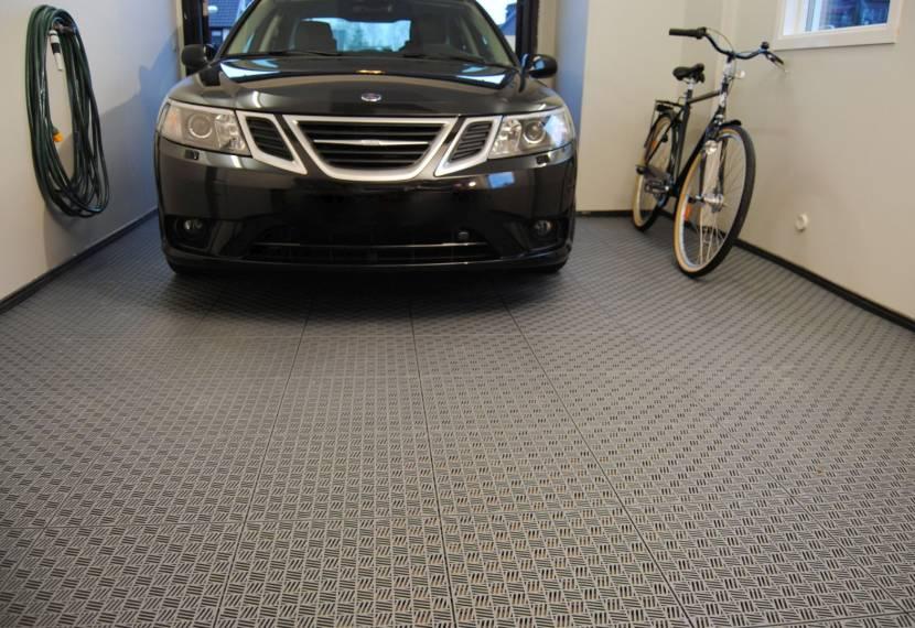 Модульная резина на полу в гараже