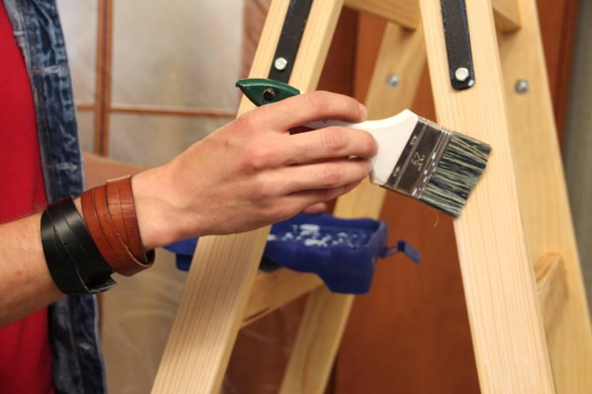 Защитная обработка приставной складной лестницы из дерева