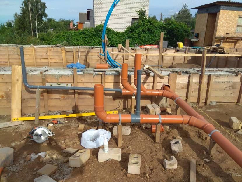 Монтаж канализации на начальном этапе строительства бани