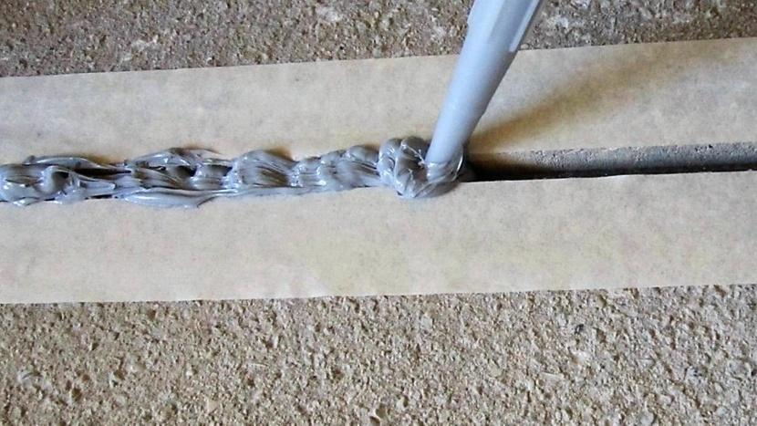 Чтобы не испачкать стены, применяется малярная лента
