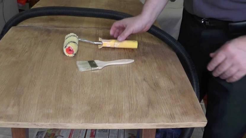 Лак наносят валиком или кистью с натуральной щетиной