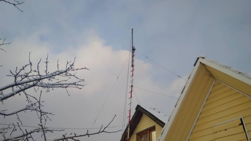 ДМВ-антенна возле дома на мачте