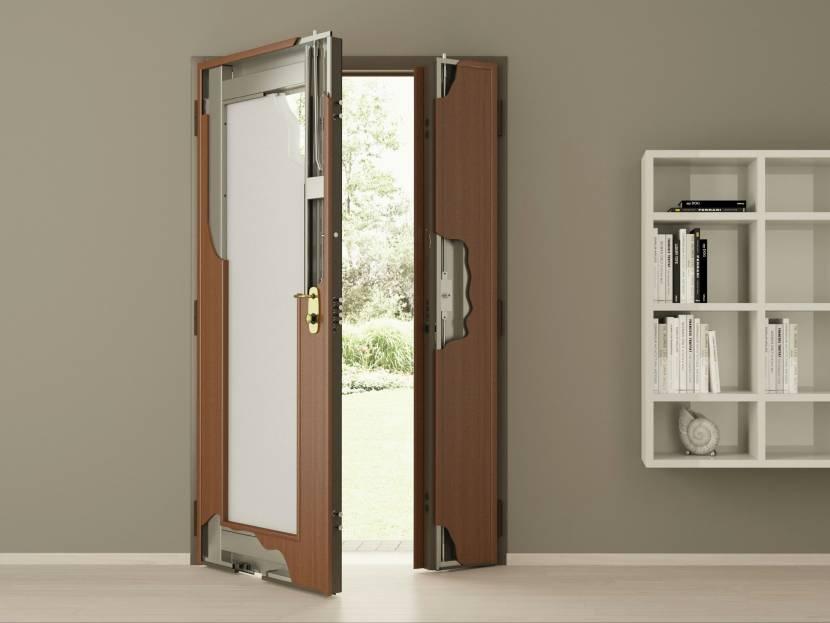 Прочная стальная дверь на входе