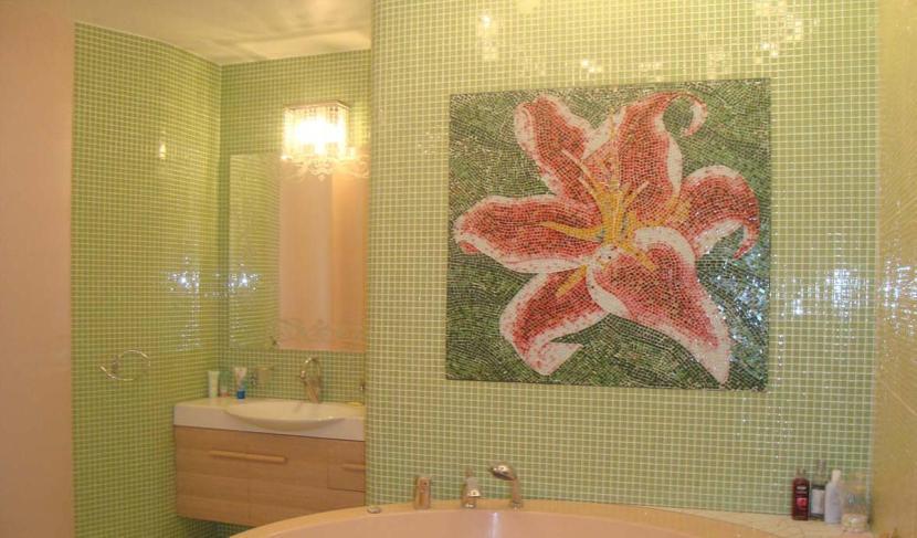 Эффектная мозаичная плитка в ванной