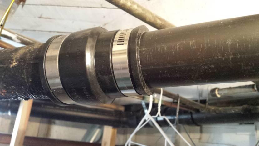 Пример соединения чугунной и пластиковой трубы