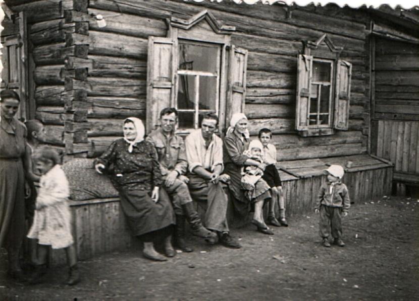 Старое фото – семейные посиделки на завалинке