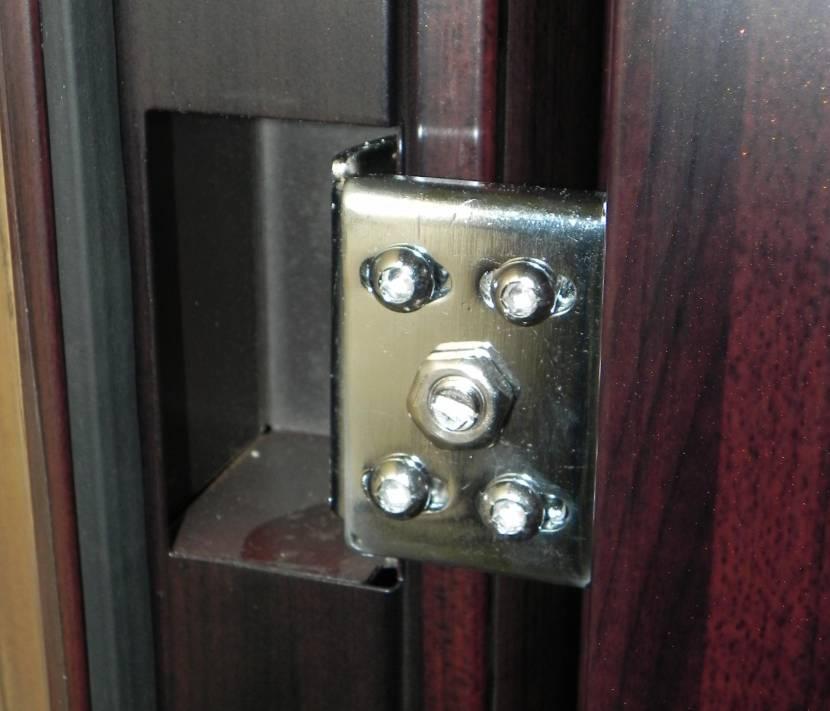 Петли скрытого типа на стальной двери