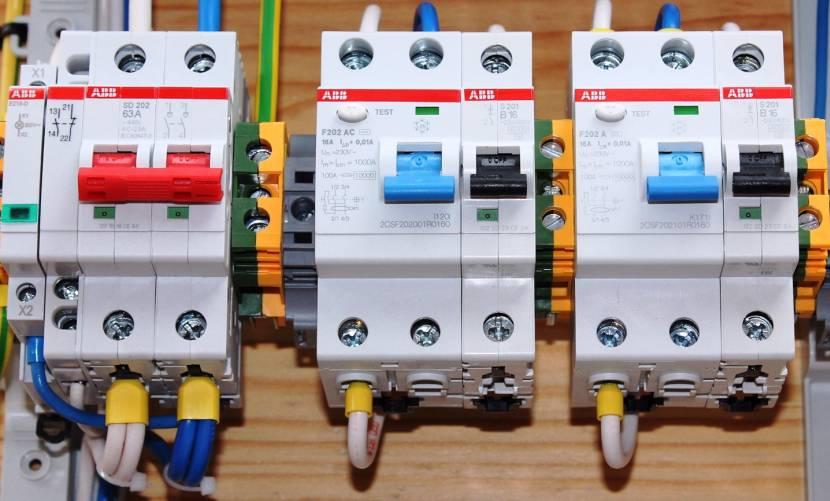 Подключение проводов от счетчика всегда выполняется к верхним клеммам автомата
