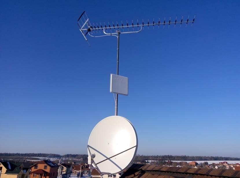 Спутниковая и ДМВ-антенна на металлической мачте