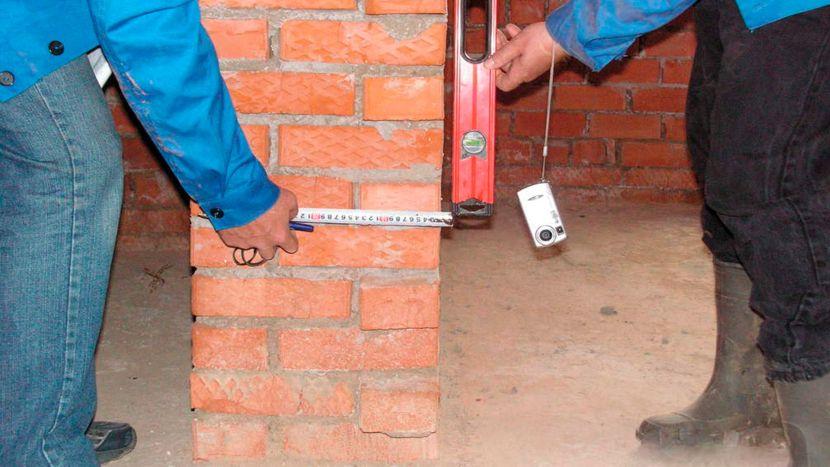 Проверка вертикального уровня с помощью отвеса и рулетки