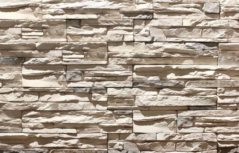 Слоистая фактура искусственно сформированного каменного декора
