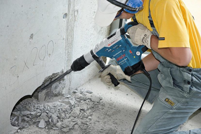 Очистка стен от штукатурки перфоратором