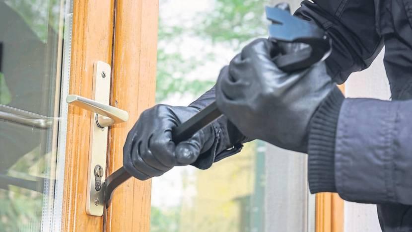В загородных домах на окна и двери рекомендуется ставить противовзломную фурнитуру