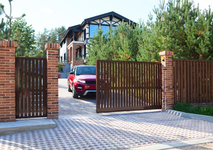 Ворота грамотно вписаны в экстерьер