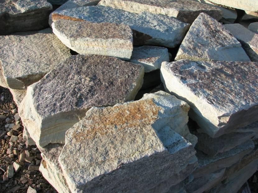 Плоский камень самый удобный для кладки