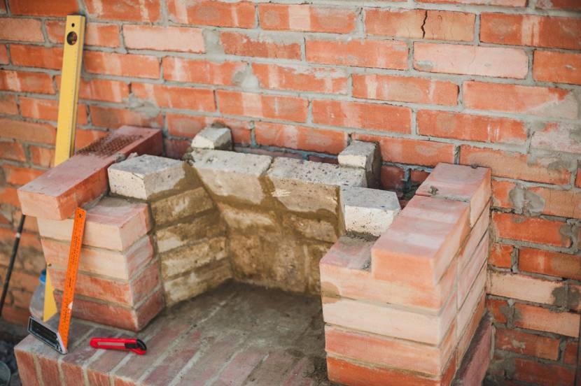 Тыльную стенку каминного отделения всегда делают наклонной
