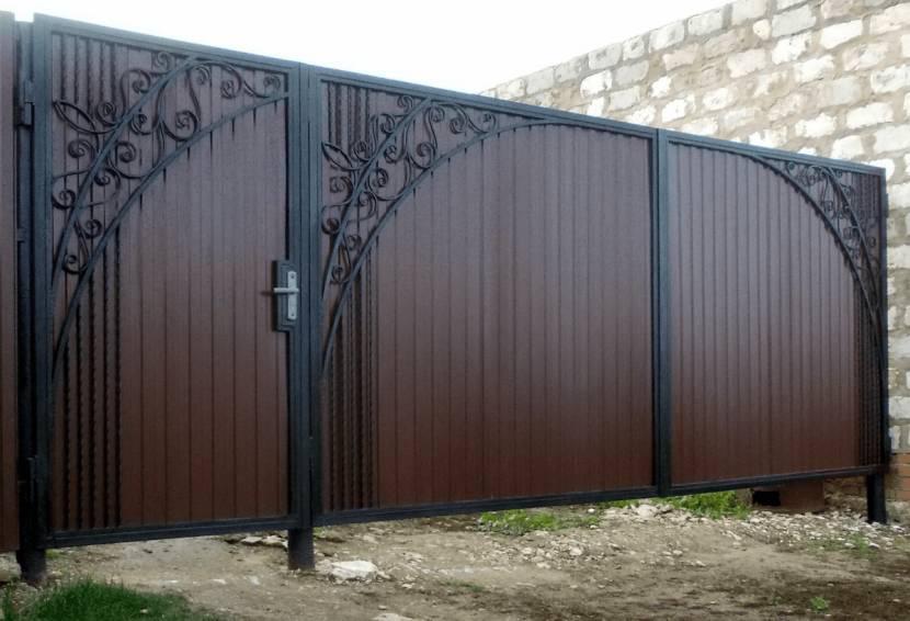 Воротная конструкция с коваными украшениями
