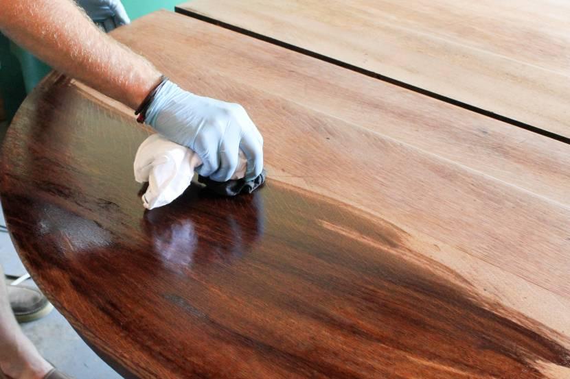 Нанесение лака на деревянную столешницу