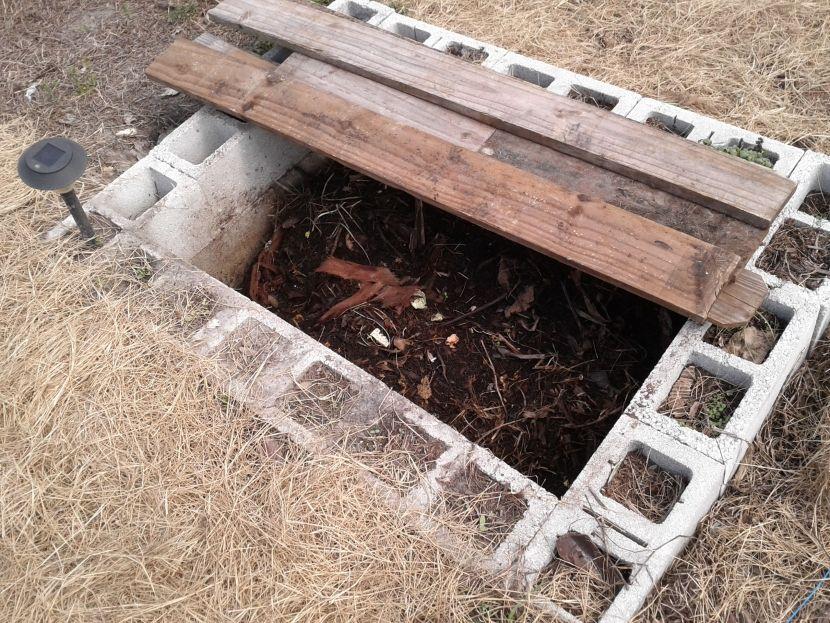 Компостная яма из бетонных блоков