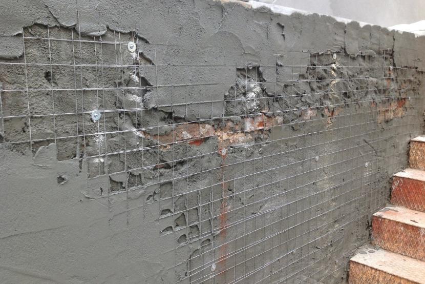 Металлическая сетка в стене
