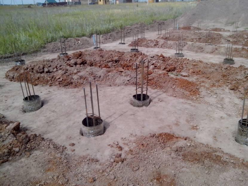 Строительная площадка с подготовленными обсадными трубами