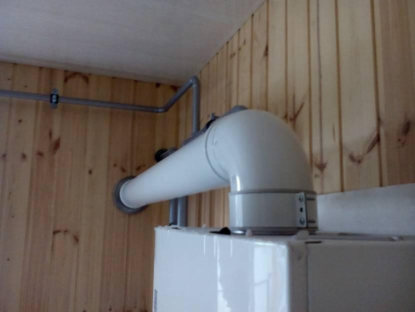 Газовый котел настенного типа с подключенным коаксиальным каналом