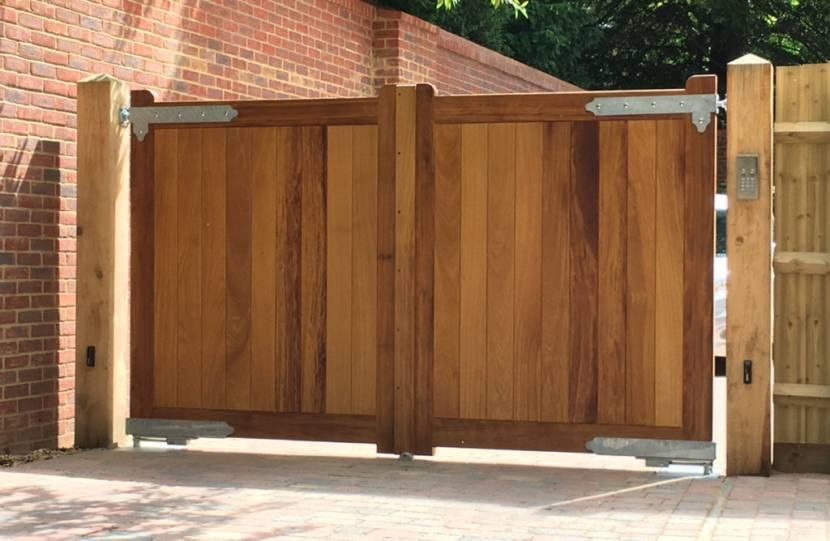 Ворота с деревянными столбами без дополнительных колпаков
