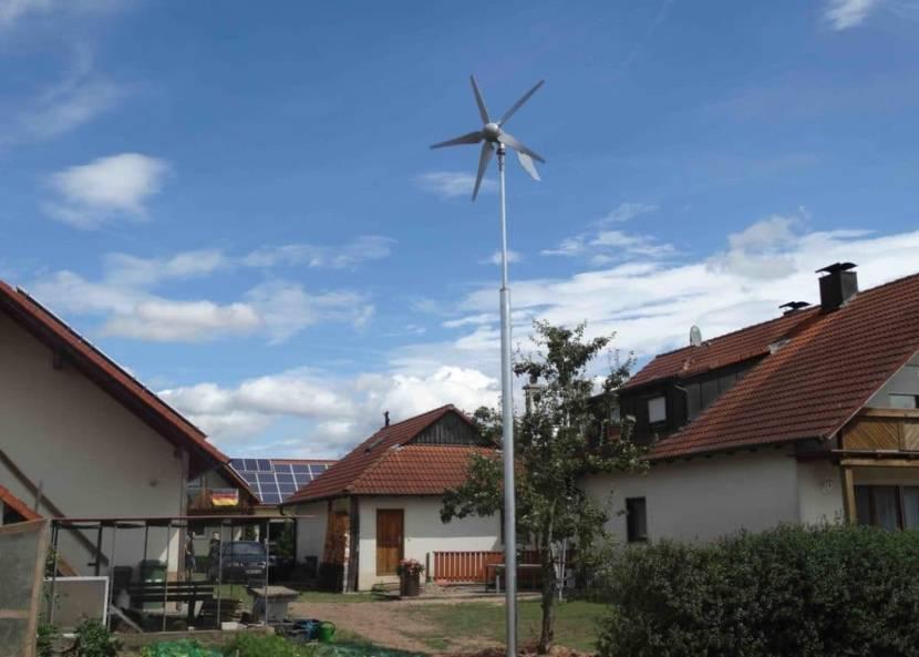 Ветрогенератор во дворе дома