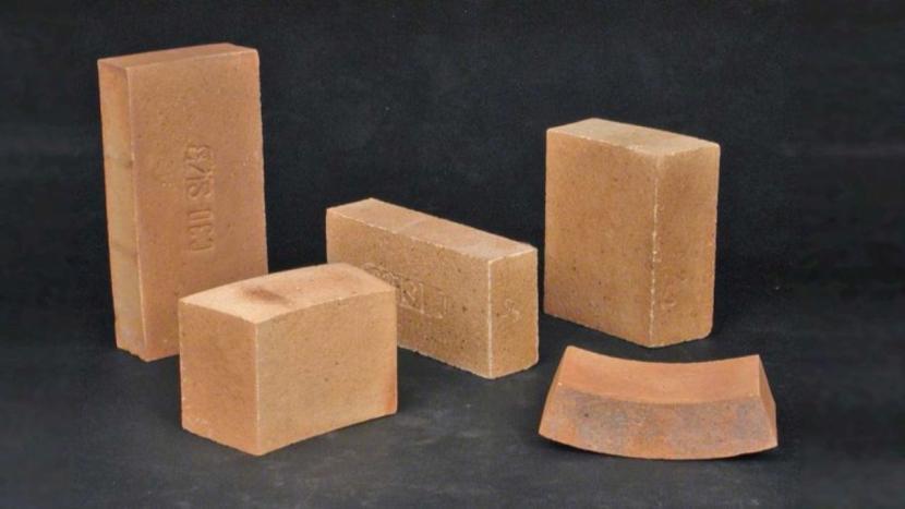 Шамотные кирпичи разных размеров и формы