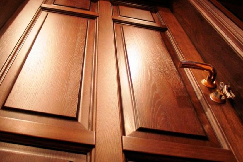 Лакированная дверь