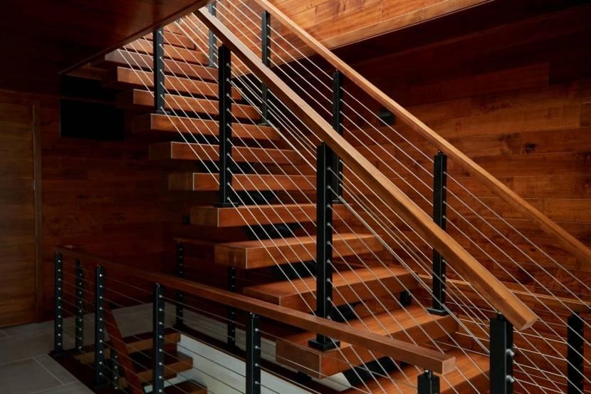 Металлокаркасная лестница с отделкой из дерева