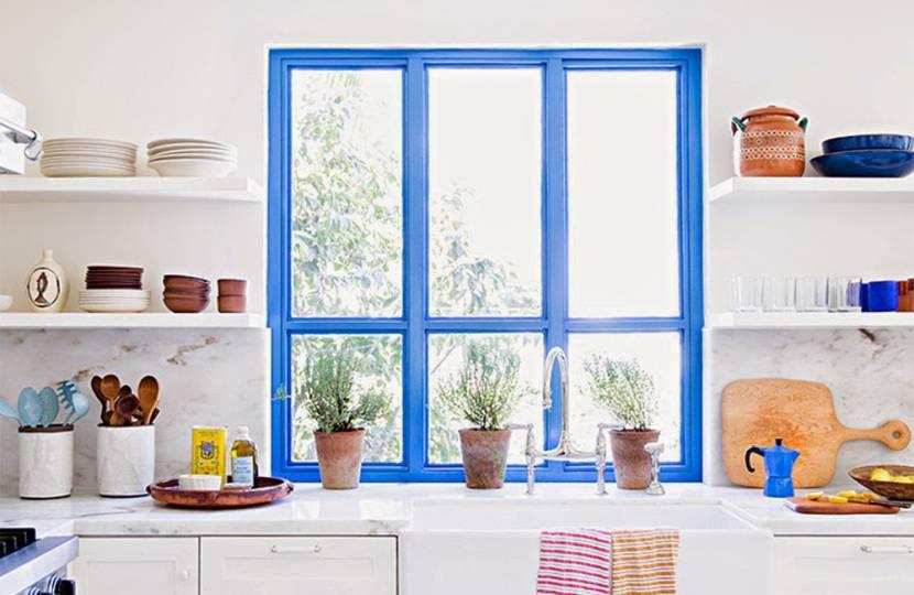 Окно на кухне в стиле кантри