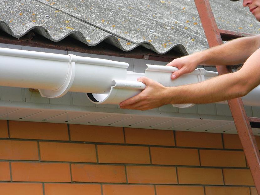 Монтаж водосточной системы из канализационных труб