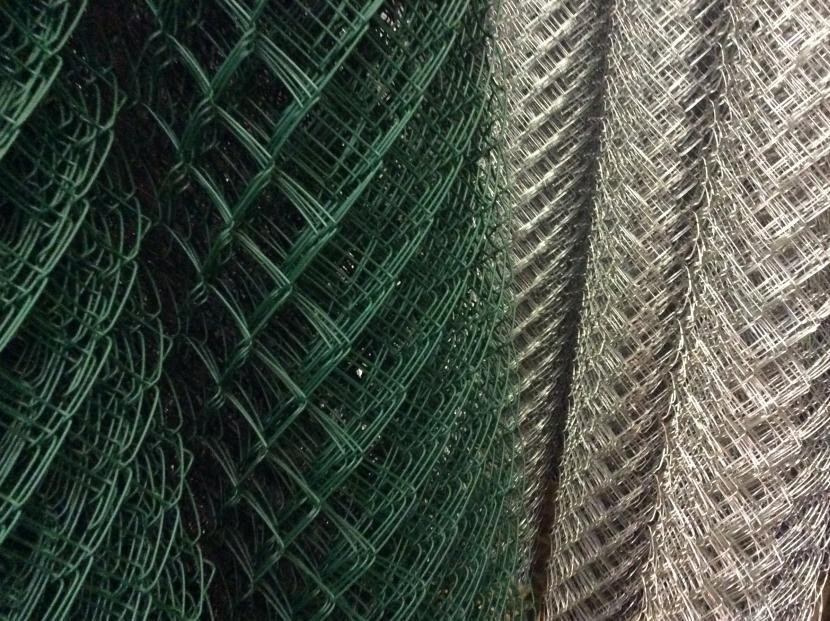 Есть несколько разновидностей сетки рабицы