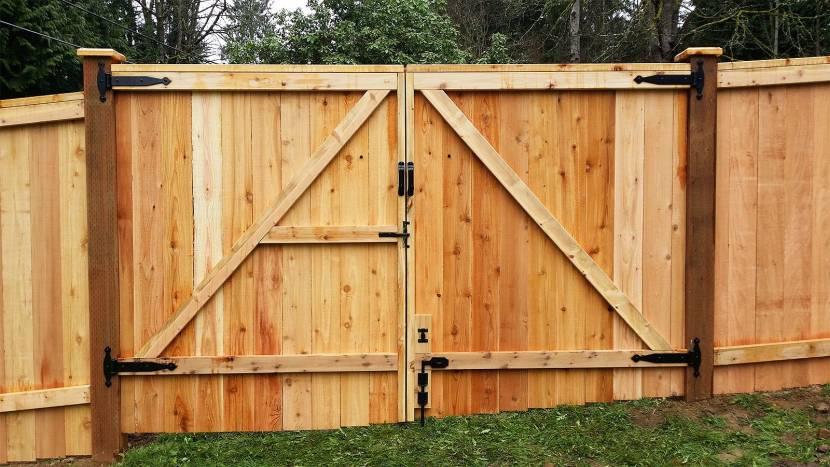 Монтаж деревянных ворот может быть выполнен без сварки