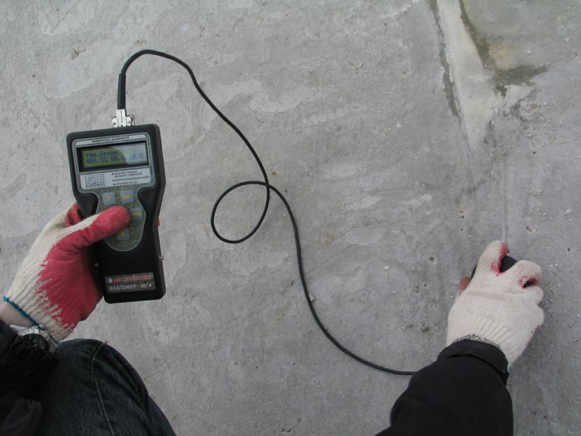 Влажность бетона проверяют специальным прибором