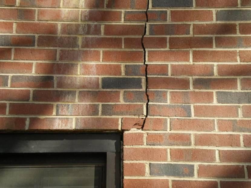 Повреждение кирпичной стены