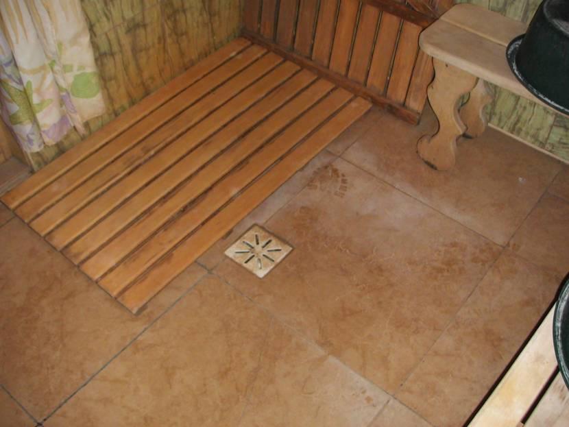 Современный вариант банного пола с плиткой