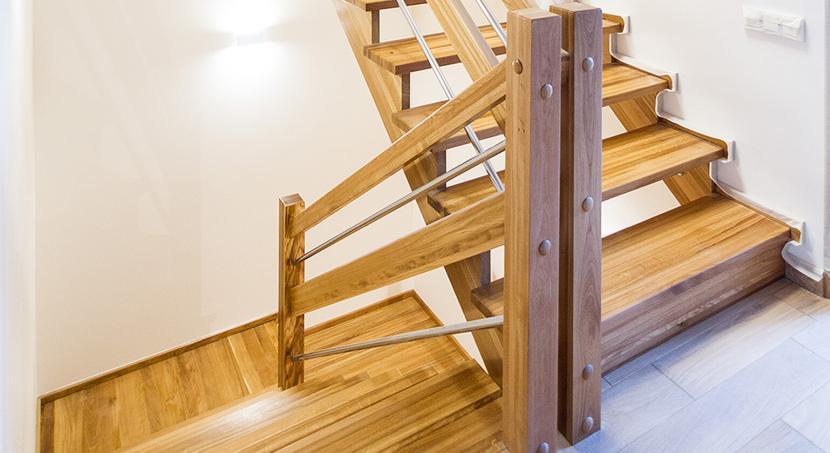 Опорные столбы на поворотной лестнице
